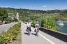"""Одна из самых известных дорог для велосипедистов соединяет швейцарские Альпы с Нидерландами. Маршрут длиной 1,3 тысячи километров <a href=""""https://www.komoot.de/collection/210/der-rheinradweg-von-der-quelle-an-die-nordsee"""" target=""""_blank"""">пролегает</a> от истока реки Рейн до ее устья, из-за чего получил название Рейнская велосипедная дорожка (Rheinradweg). Маршрут также называют Euro Velo 15. Велосипедисты передвигались по нему еще с XIX века, однако официальный статус он получил в начале 2000-х годов.<br><br>Дорожка делится на 24 участка средней протяженностью около 60 километров. Пейзажи меняются почти на каждом отрезке. Велосипедисты смогут проехать мимо Боденского озера и Рейнского водопада, а также увидят долины и пейзажи с ветряными мельницами. Для удобства путешественников вдоль маршрута находятся отели, кемпинги и многочисленные кафе. На участках развита и транспортная инфраструктура — обессиленные велосипедисты смогут пересесть на поезд или паром и добраться до нужного места."""
