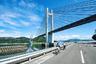 """Маршрут Shimanami Kaido считается одной из самых красивых велосипедных дорог в Японии. Она начинается на острове Хонсю и простирается почти на 70 километров до острова Сикоку. Бетонная дорога поднимается над ландшафтом на массивных сваях, проходя через шесть небольших островов. На полотно <a href=""""https://shimanami-cycle.or.jp/cycling/en-02.html"""" target=""""_blank"""">нанесена</a> специальная синяя разметка, чтобы туристы не сбивались с правильного маршрута.<br><br>Во время поездки велосипедистам открывается вид на Внутреннее Японское море и городские пейзажи. Трассу можно преодолеть за один день, однако японцы <a href=""""https://travel.gaijinpot.com/shimanami-kaido/"""" target=""""_blank"""">рекомендуют</a> не напрягаться и разделить путешествие на два дня, остановившись в гостинице на одном из островов. Путешественники также могут не тащить транспорт с собой, а арендовать его в специальных терминалах — взрослый велосипед <a href=""""https://www.japan-guide.com/e/e3478.html"""" target=""""_blank"""">обойдется</a> в две тысячи иен (1,3 тысячи рублей)."""