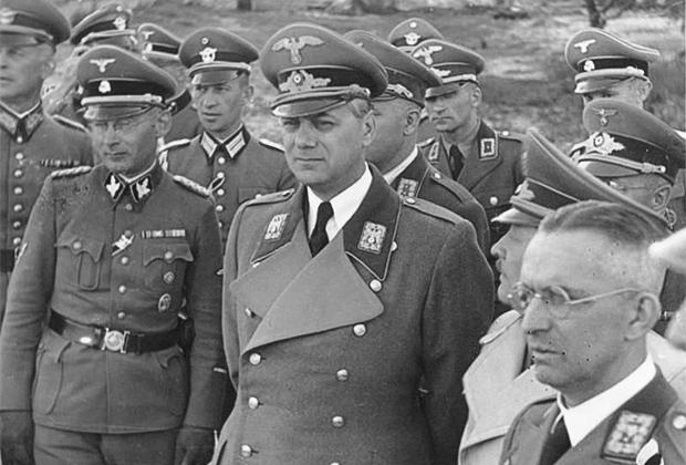 Альфред Розенберг (в центре) — глава внешнеполитического отдела НСДАП