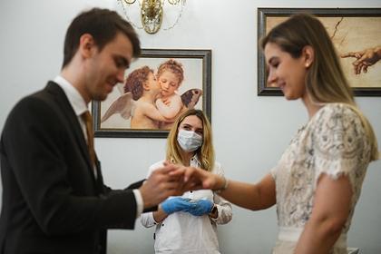 В российском регионе запретили жениться без прививки от COVID-19