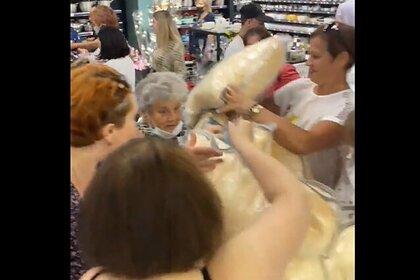 Россияне устроили давку в магазине ради дешевых подушек и попали на видео