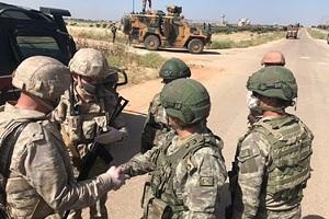 Российские и турецкие военные патрулируют сирийскую трассу