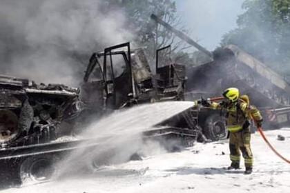 Перевозившие танки тягачи столкнулись в Польше и загорелись