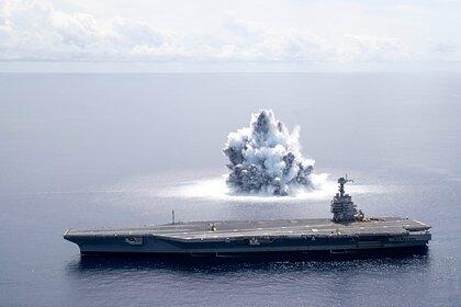 Американский авианосец испытали подводным взрывом