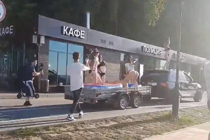 Блогер проехался с полуголыми девушками на крыше своего BMW и попал на видео