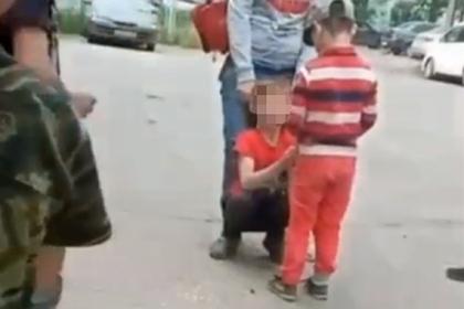 Поставившую чужого ребенка наколени россиянку лишили детей