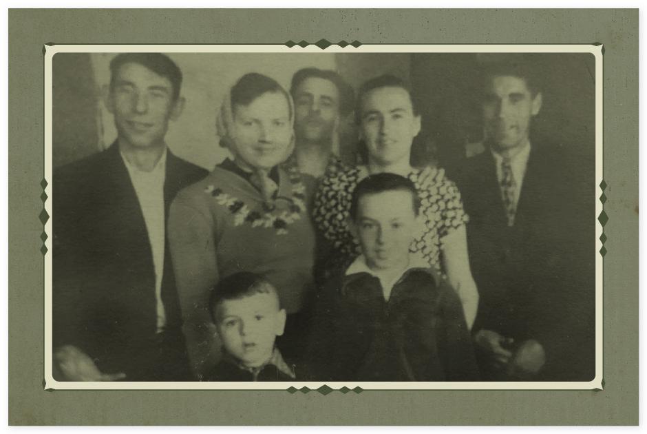 Справа бабушка, а за ней левее, ее брат, который был с ней в лагере