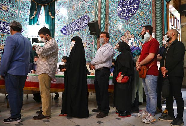 Очередь на избирательном участке в Иране