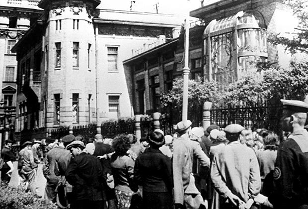 Трудящиеся Ленинграда слушают сообщение о нападении фашистской Германии на СССР