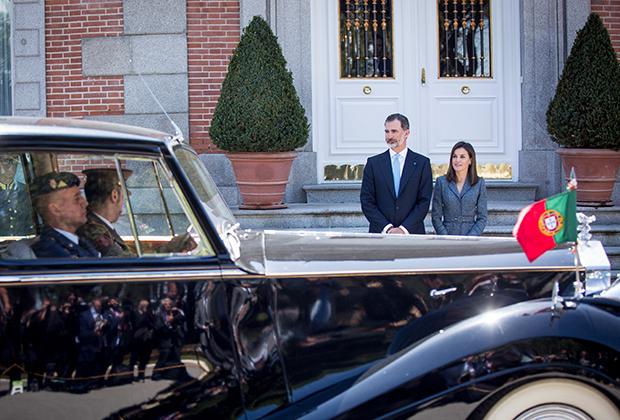 Король Испании Фелипе VI и королева Летиция принимают президента Португалии Марсело Ребело де Соуза во дворце Сарсуэла, 16 апреля 2018 года