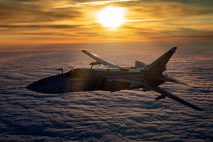 Российский Су-24 выпустил бомбы по курсу британского эсминца в Черном море