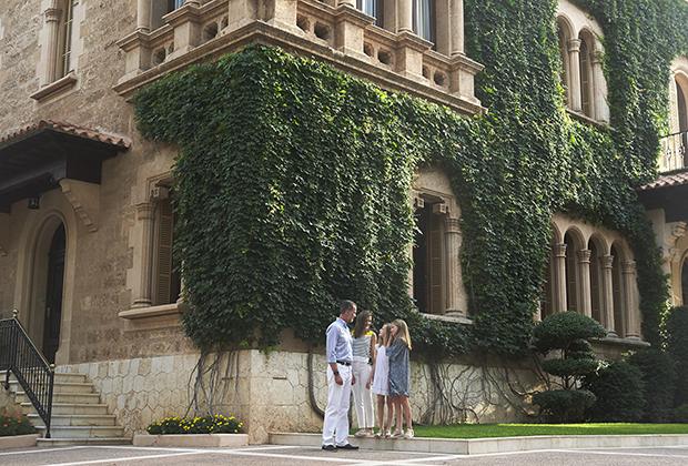 Король Испании Фелипе VI, королева Летиция и их дочери, принцесса Леонор и принцесса Испании София во время летней фотосессии во дворце Маривент в Пальма-де-Майорка, 31 июля, 2017 год
