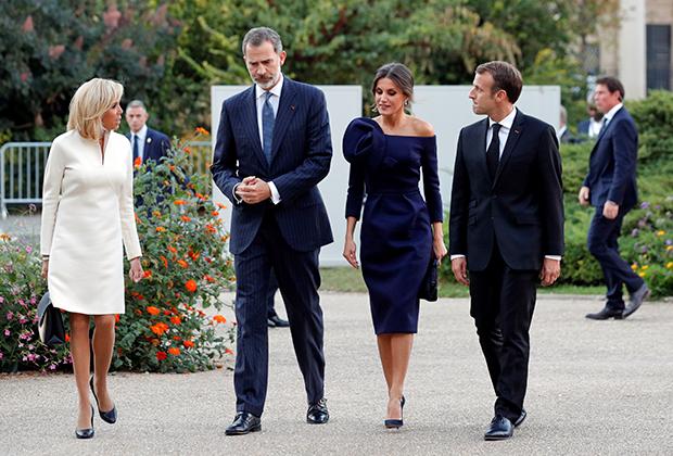 Президент Франции Эммануэль Макрон, его жена Брижит, король Испании Фелипе VI и его супруга королева Летиция отправляются на ретроспективу работ испанского художника и скульптора Жоана Миро в Париже