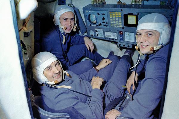 Георгий Добровольский, Виктор Пацаев и Владислав Волков (слева направо)