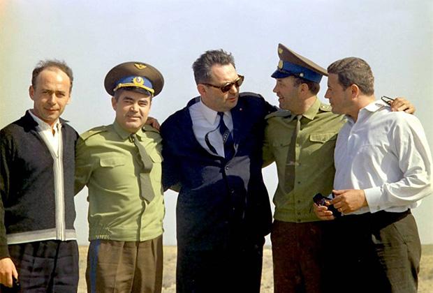 Экипаж космического корабля «Союз-11» с главным конструктором Василием Мишиным и космонавтом Андрияном Николаевым (второй слева) перед полетом. Июнь 1971 года