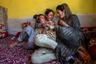 По официальным данным, собранным в 2011 году во время переписи населения, в индийском Кашмире около четырех тысяч трансгендерных людей. В действительности их почти наверняка больше. Трансгендерность часто скрывают от окружающих, потому что признание грозит позором, разрывом отношений с семьей и попросту опасно для жизни. Многим трансгендерным кашмирцам приходится бежать из дома еще в юности, несмотря на риск остаться без крыши над головой, без образования и без денег.