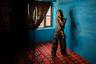 19-летняя трансгендерная женщина Ману Бабо живет в Сринагаре — самом большом городе индийского региона Джамму и Кашмир. Чтобы зарабатывать на хлеб, она самостоятельно выучилась на визажиста и стала привлекать клиентов через Instagram и YouTube, когда заработал интернет.
