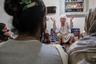 """По традиции, в Индии во главе сообществ хиджр (трансгендерных людей) <a href=""""https://www.livemint.com/Leisure/yFTeqx0yMg04pqs8nTv7iP/Kashmirs-invisible-minority.html"""" target=""""_blank"""">стоят</a> гуру. Подопечные гуру встречаются у нее дома и дают ей деньги, а она, в свою очередь, заботится о том, чтобы они ни в чем не нуждались. Но в Кашмире эта система работает хуже, чем в других регионах страны, и после начала пандемии все чаще дает сбои."""