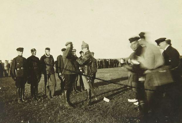 Награждение командующим войсками Тамбовского района Михаилом Тухачевским военных летчиков Красного воздушного флота. 1921 год