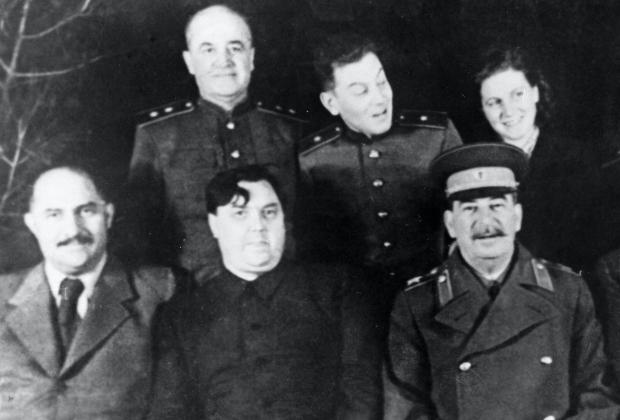 В нижнем ряду: Лазарь Каганович, Георгий Маленков, Иосиф Сталин