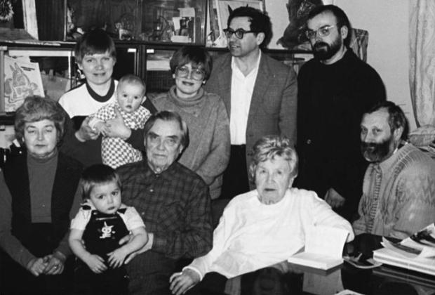 Георгий Маленков (в центре) с семьей