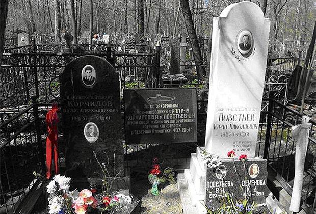 Могилы подводников с К-19 Бориса Корчилова и Юрия Повстьева на Красненьком кладбище в Санкт-Петербурге