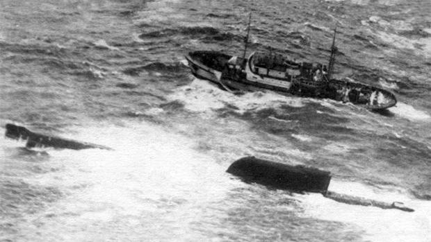 К-19 терпит бедствие в Атлантическом океане. Рядом — спасательный буксир «СБ-38»
