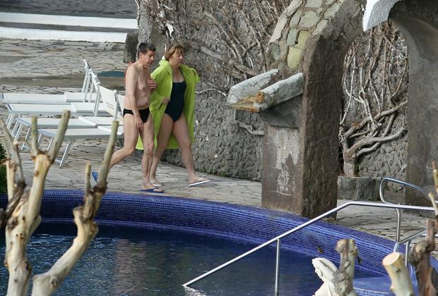 Супруги прибывают в термальные ванны Афродиты на южном острове Искья (Италия)