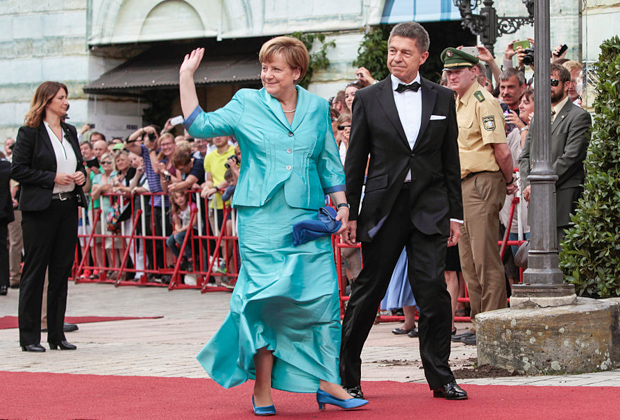 Ангела Меркель в коктейльном платье с мужем Йоахимом Зауэром