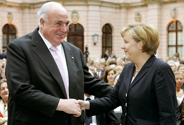 Ангела Меркель приветствует бывшего канцлера Германии Коля во время церемонии открытия Немецкого исторического музея в Берлине