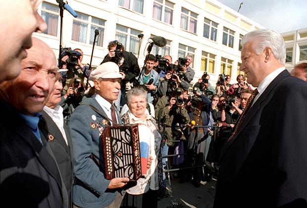 Выборы президента РФ и мэра города Москвы. Президент РФ Борис Ельцин встретился с москвичами у избирательного участка в Крылатском. Москва, 16 июня 1996 года