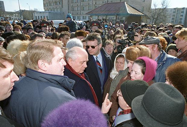 Поездка Михаила Сергеевича Горбачева в Санкт-Петербург в ходе предвыборной кампании 1996 года, когда он выдвинул свою кандидатуру на выборы президента России. Встреча М.С. Горбачева (в центре в красном шарфе) с жителями Санкт-Петербурга