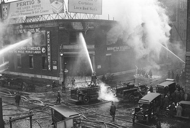 Нью-йоркские пожарные тушат пожар в студии звукозаписи. 1929 год