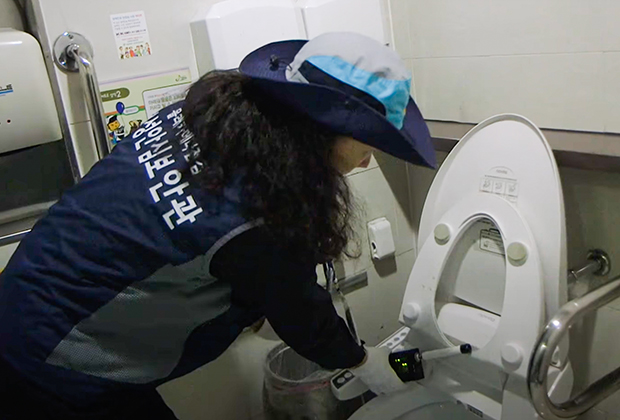 Проверка общественного туалета на наличие скрытых камер. Сеул