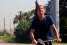 Из всех широко признанных американских режиссеров современности Шон Бейкер, пожалуй, совершает самые решительные нырки в нутро заокеанской жизни — к страдающим от сложных отношений трансгендерным людям («Мандарин») или живущему от одной аферы до другой белому отребью («Проект Флорида»). В своем новом фильме «Красная ракета» Бейкер остается верен себе: эта трагикомедия рассказывает о возвращении отставной порнозвезды (начинавший медиакарьеру со съемок в порно комик Саймон Рекс) в родной техасский городок, где его не то чтобы ждут.