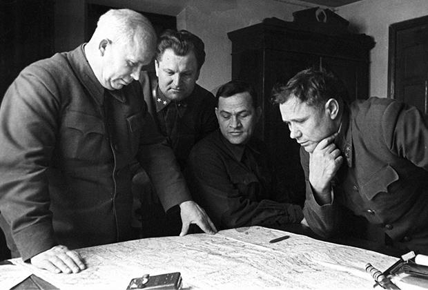 Секретарь КП(б) Украины Никита Хрущев (крайний слева) на совещании. Сталинград, 1 декабря 1942 года