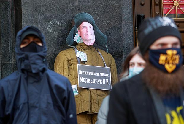 Митингующие в Киеве требуют обнародовать отчет о расследовании дела Виктора Медведчука