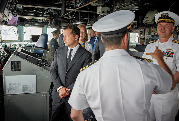 Владимир Зеленский на борту американского эсминца USS Ross во время учений Sea Breeze 2021