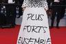 70-летняя немецкая актриса Ирис Бербен появилась на набережной Круазет в пышном белом платье с громким лозунгом. Фраза Plus forts ensemble в переводе с французского языка означает «Вместе — мы сила».