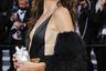 Французская актриса, певица и модель Лу Дуайон позировала перед фотографами в платье итальянского модного дома Gucci с глубоким декольте и плиссированной юбкой золотистого цвета. Образ манекенщицы украсили несколько ярких деталей: пушистые рукава и сумка на цепочке в виде человеческого сердца, покрытая серебристыми стразами.