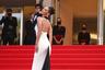 Супермодель палестино-голландского происхождения Белла Хадид любит появляться на публике в винтажных нарядах. Не стал для нее исключением и Каннский кинофестиваль: 24-летняя знаменитость вышла на ковровую дорожку в белом облегающем платье в пол Jean Paul Gaultier с черным полупрозрачным шлейфом из коллекции 2002 года.