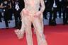 Американская модель и «ангел» Victoria's Secret Кэндис Свейнпол моментально привлекла внимание фотографов, появившись на мероприятии в полупрозрачном комбинезоне с глубоким декольте бренда Etro. Наряд в оттенке розового золота сверху донизу расшит пайетками, стразами и бисером.