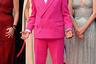 Президент жюри Каннского фестиваля Спайк Ли известен своей любовью к ярким нарядам. На этот раз продюсер предстал перед фотографами в костюме люксового бренда Louis Vuitton малинового цвета и белой рубашке. Яркими деталями его образа стали розовые солнечные очки и цветные кеды спортивной марки Nike.
