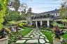 """До 2015 года  Джереми Реннер, исполнитель роли Соколиного Глаза, владел особняком на Голливудских холмах. Построенный в 1926 году дом несколько десятилетий назад принадлежал американскому режиссеру, обладателю премии «Оскар» Престону Стерджесу. Реннер <a href=""""https://www.latimes.com/business/realestate/hot-property/la-fi-hotprop-jeremy-renner-house-20150612-story.html"""" target=""""_blank"""">продал</a> исторический объект за 4,3 миллиона долларов."""