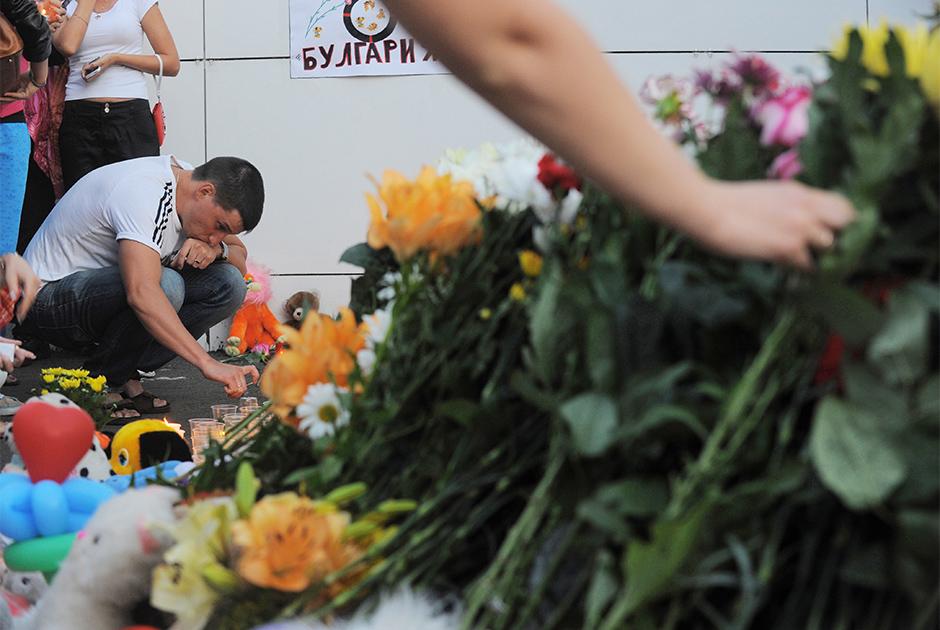 Люди возлагают цветы во время гражданской акции в память о погибших на теплоходе «Булгария» в Казанском речном порту
