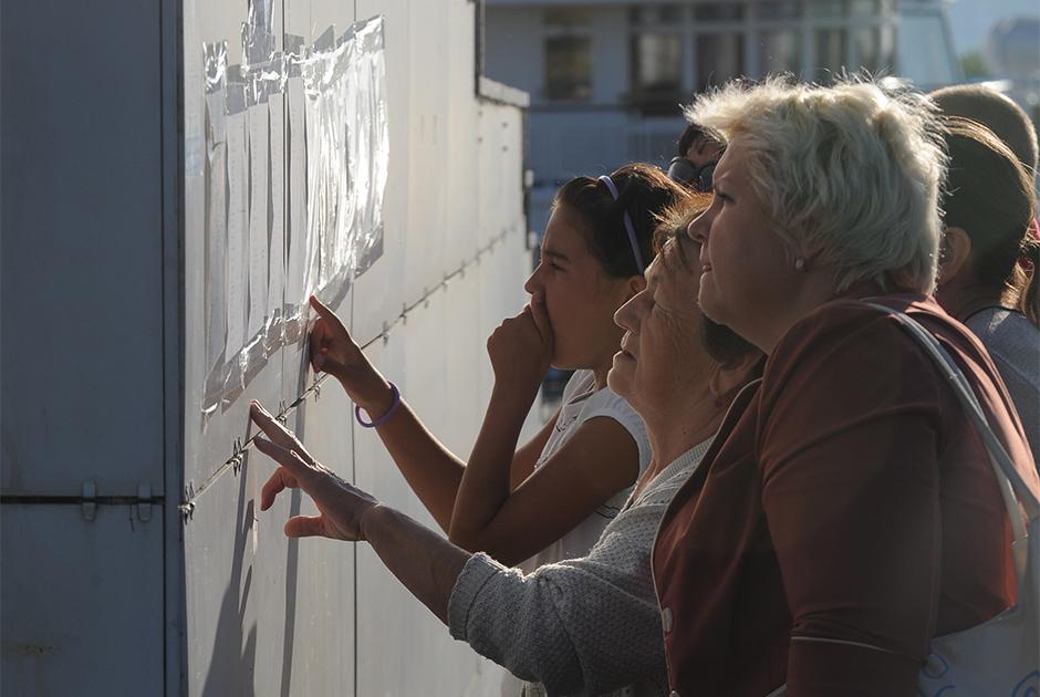 Родственники и близкие пострадавших в катастрофе теплохода «Булгария» читают списки жертв катастрофы на Волге в речном порту Казани