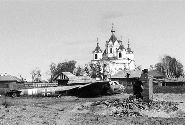 Сбитый немецкий бомбардировщик Dornier Do.17Z  в городе Демидове