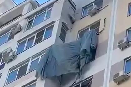 Российский парашютист ошибся с траекторией и повис на кондиционере многоэтажки