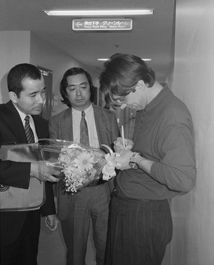 Сергей Курехин дает автографы после концерта. 1 января 1989 года