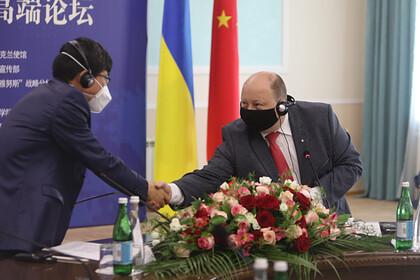 Министр кабинета министров Украины Олег Немчинов и посол Китая на Украине Фань Сяньжун